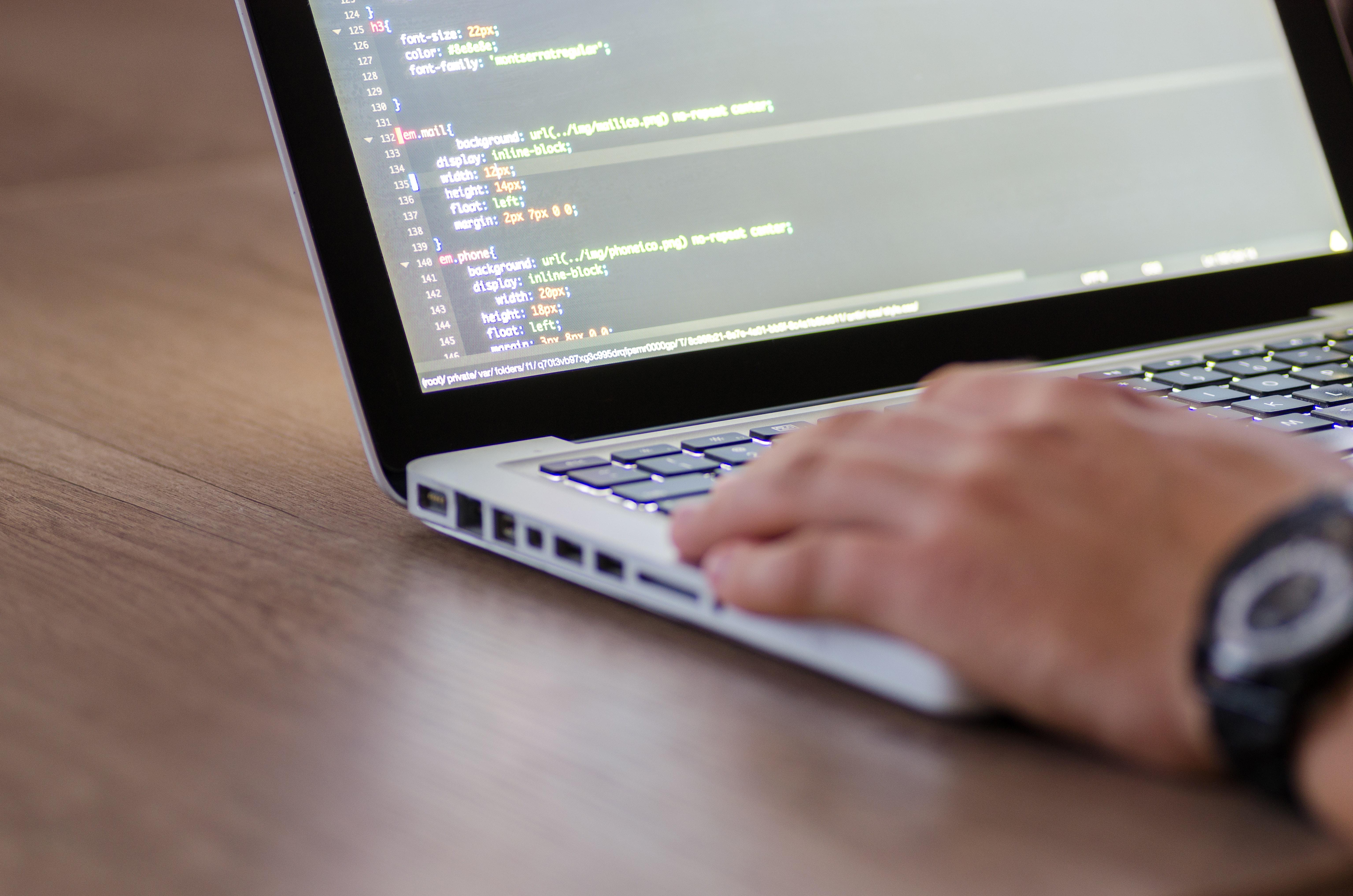 Laptop met programmeertaal
