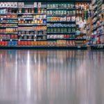 Schappen van een supermarkt